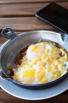 卵と朝食。焦げたスクランブルエッグ。学士号のわずかな朝食、朝
