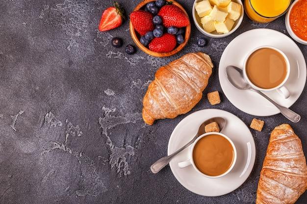 Завтрак со свежими круассанами и кофе
