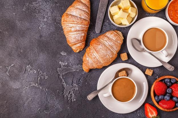 신선한 크루아상, 오렌지 주스, 커피가 포함 된 조식