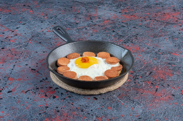 계란 후라이와 소시지가 포함된 아침 식사.