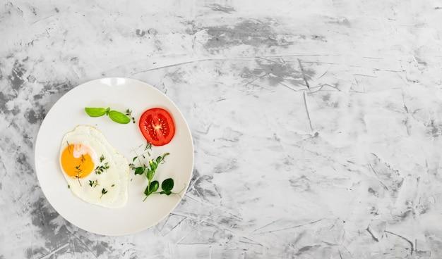 目玉焼き、トマト、スパイスの朝食