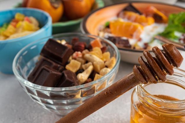 Завтрак с фруктами и овсянкой.