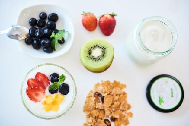 그래놀라와 딸기가 포함된 아침 식사