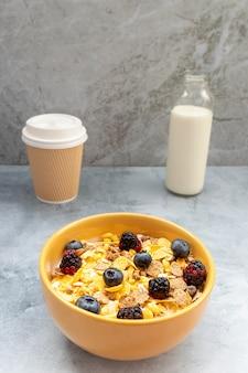 グラノーラシリアルとブルーベリーやブラックベリーなどのフルーツを使った朝食
