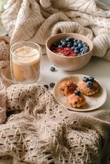 Завтрак с мюсли, кофе и пирожными