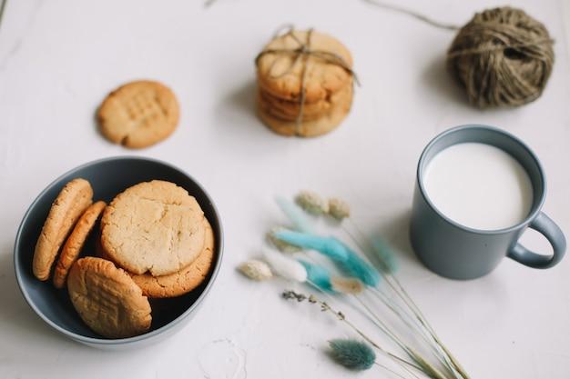 수제 오트밀 쿠키와 우유 한 잔으로 구성된 조식
