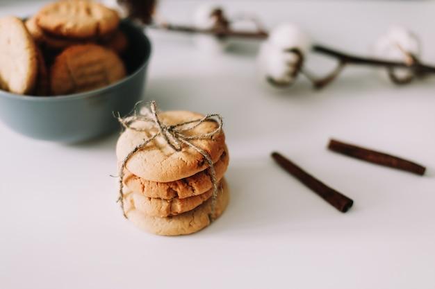 수제 오트밀 쿠키로 아침 식사