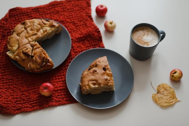 Завтрак с домашним яблочным пирогом и чашкой кофе на белом столе в солнечное утро