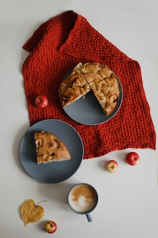 Завтрак с домашним яблочным пирогом шарлоткой и чашкой кофе на белом столе