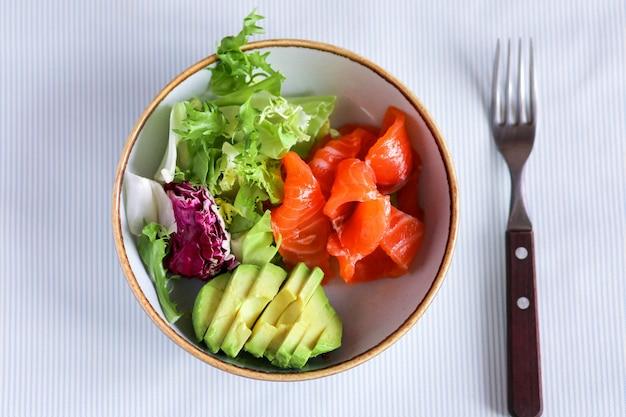양상추와 아보카도와 함께 아침 식사. 붉은 생선과 아보카도가 들어간 건강한 아침 식사