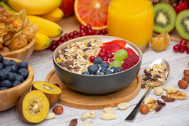 Завтрак со смешанными фруктами и орехами