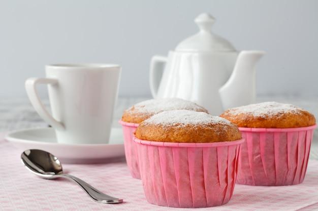 粉砂糖とコーヒーを振りかけたマフィンの朝食。