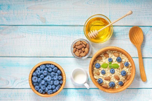 Завтрак с овсянкой и ягодами