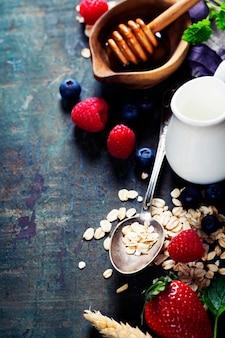 Завтрак с овсом и ягодами