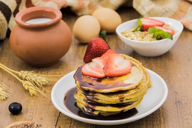 Colazione con pancake e fragole