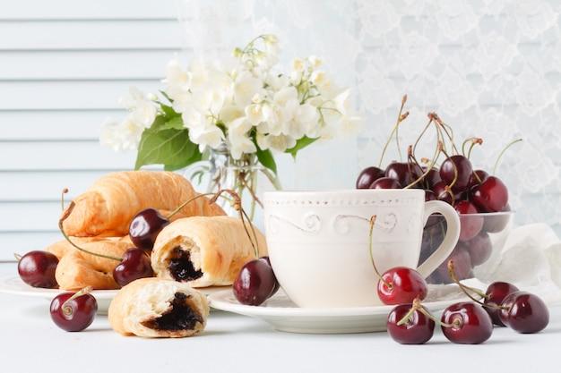 Завтрак с выпечкой и ягодами в летнее утро