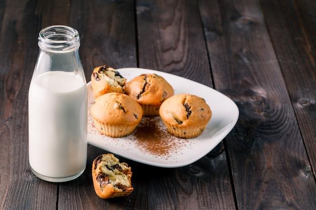 Завтрак с выпечкой и молоком в бутылке