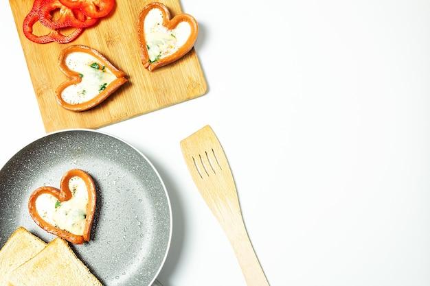 ソーセージと卵、分離された上面図と朝食