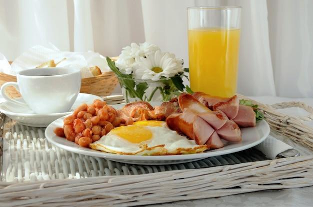 스크램블 에그, 베이컨, 소시지, 콩으로 구성된 아침 식사