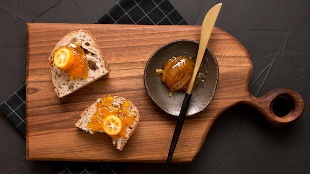 Faccia colazione con le fette di pane e la vista superiore dell'inceppamento
