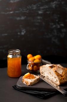 Завтрак с ломтиками хлеба и вареньем высокий вид