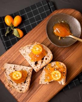 Завтрак с кусочками хлеба и вареньем