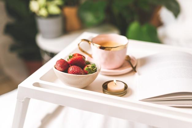 Завтрак с клубникой в постель