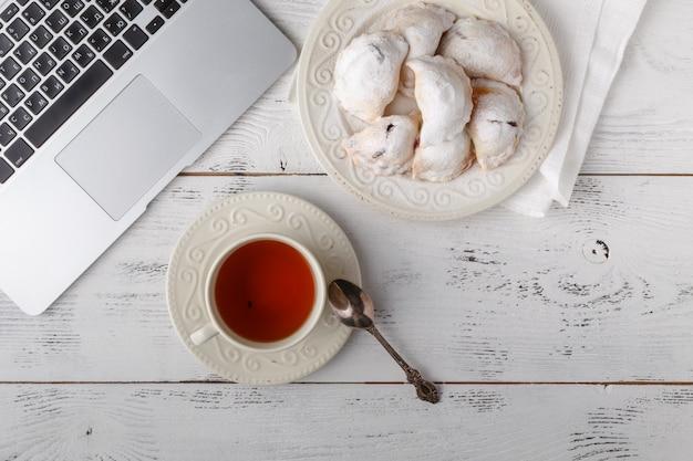 Завтрак с чаем, плоская планировка, белый светлый цвет