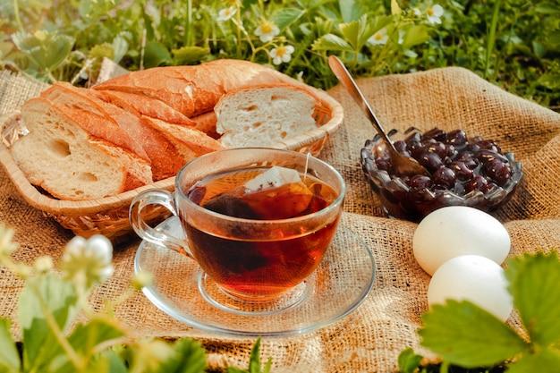 Завтрак с чаем в саду, пикник в теплых тонах
