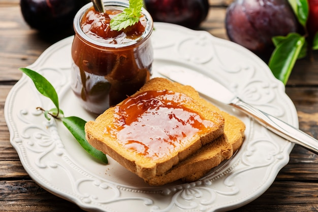 Завтрак с тостами и сливовым джемом
