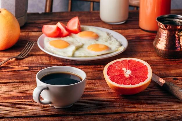 トルコ コーヒー、目玉焼き、ジュース、果物の朝食