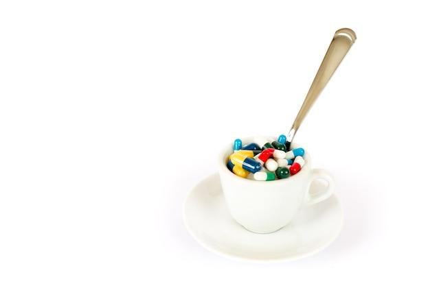 さまざまな錠剤と朝食
