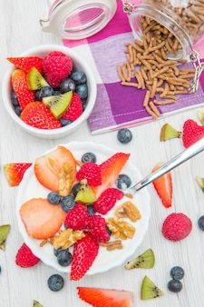 요거트, 딸기 라즈베리, 시리얼로 구성된 조식