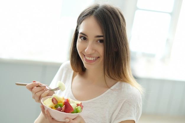朝食、食べる女性