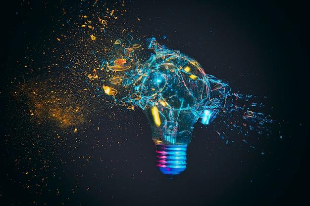 衝突の瞬間に撮影された従来の電球の破損。
