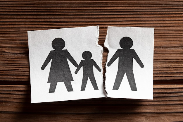 家族の中で離婚した関係を壊す男は子供と一緒に家族を去った