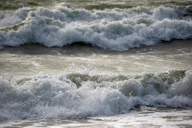 海の砕波。