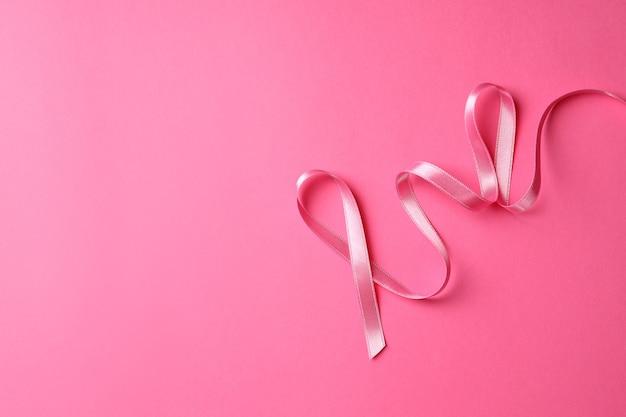 Лента осведомленности рака молочной железы на розовом фоне