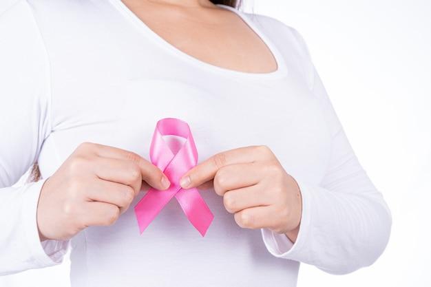 分離された女性の胸に乳がん啓発リボン