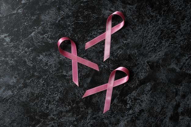Ленты осведомленности рака груди на черном дымчатом фоне