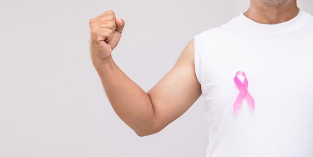 남성 개념의 유방암 : 세로 아시아 남자와 핑크 리본 유방암 캠페인의 상징.