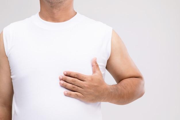 男性の乳がんの概念:ケアの姿勢で、または乳がんから身を守るアジア人の肖像画。