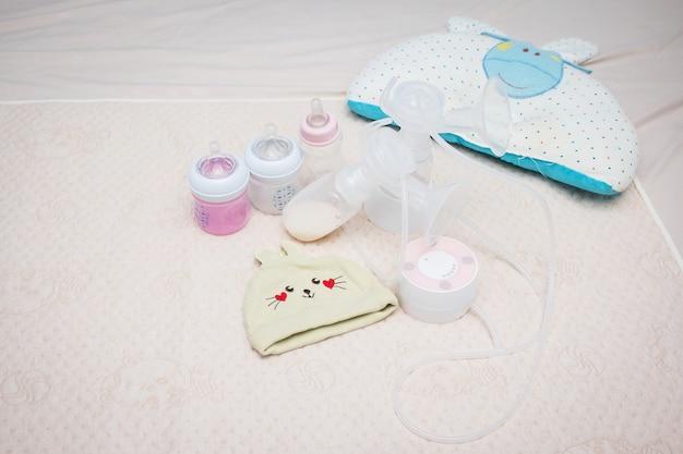 아기를위한 유방 펌프 그리고 우유 병, 신생아를위한 우유를 준비하십시오 프리미엄 사진