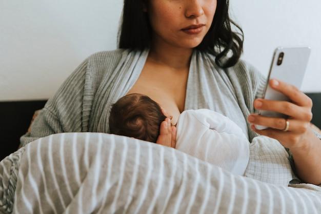 스마트 폰을 사용하는 모유 수유 어머니