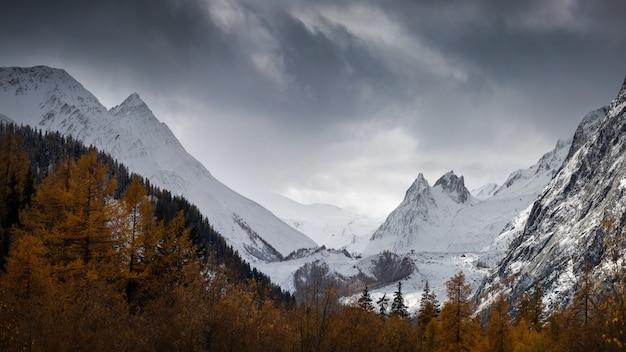 눈으로 뒤덮인 숨막히는 아오 스타 계곡 날카 롭고 거대한 산들 무료 사진