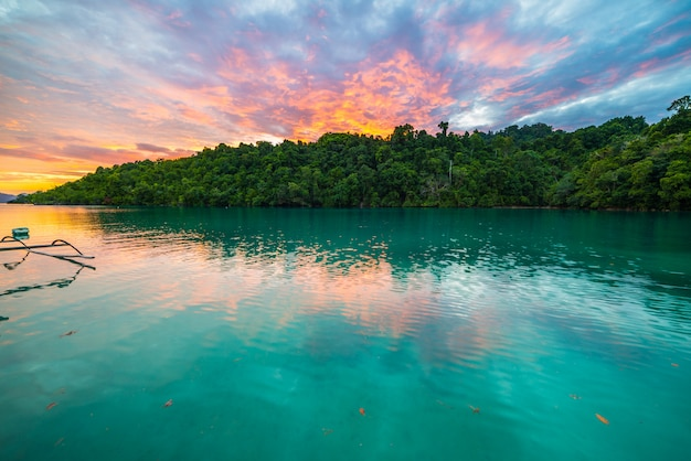 인도네시아에서 일몰에서 숨막히는 화려한 하늘