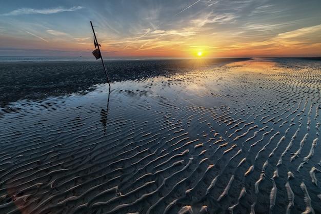 바다 위로 떠오르는 태양의 숨막히는 이른 아침 풍경