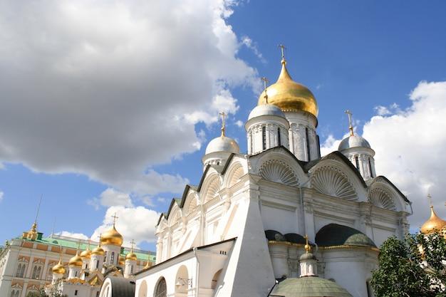 Захватывающий знаменитый благовещенский собор и архангельский собор в московском кремле, россия