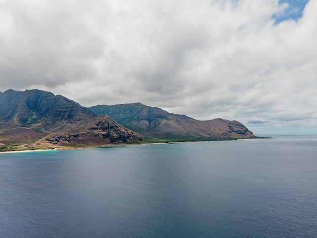 青い海と息を呑むようなハワイの風景