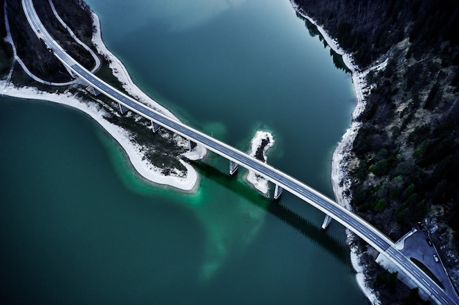 청록색 물 위에 고속도로의 숨막히는 높은 각도 샷